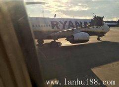 英国波音客机在机场发生碰撞(电动餐桌摄)