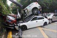 8.4号,深证发生6车追尾事故