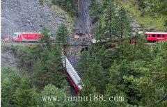 瑞士格劳宾登州发生火车脱轨坠崖事故