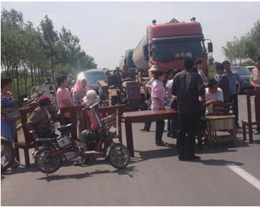 劳务纠纷上演交通大堵塞,省道瘫痪3小时以上。